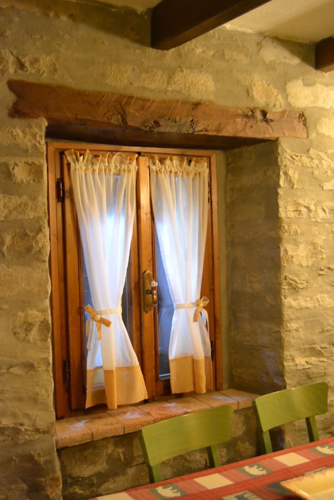 Tende con fiocchi e cuori in una deliziosa casa di montagna - Tende rustiche per cucina ...