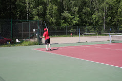 Tamperelainen tennisvalmentaja Lehto opastaa ja valmentaa