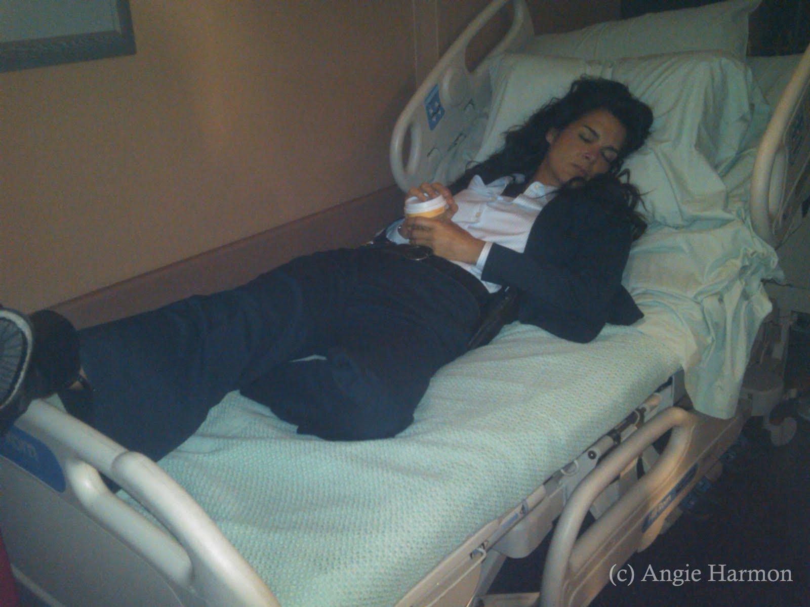 http://2.bp.blogspot.com/-r9JHWmPvK3Y/TgE9h99OWLI/AAAAAAAAAJk/yvEzc8auGDk/s1600/onset_6-21-11_AngieSleepingHospitalBed.jpg