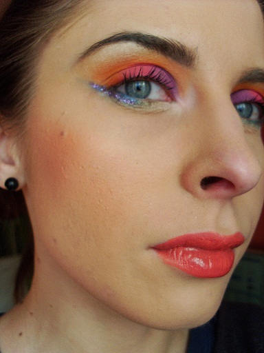 kolorowy makijaż na sylwestra, kolorowy makijaż inspirowany owocami, makijaż inspirowany tropikami, kwiatowy makijaż. Makijaz w ciepłych kolorach, makijaz z brokatem,gliter,