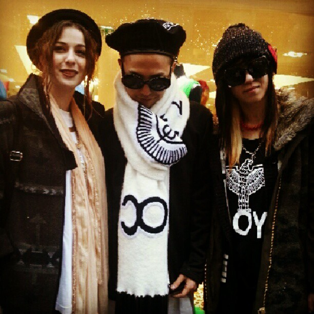 G-Dragon with fans Paris 130121