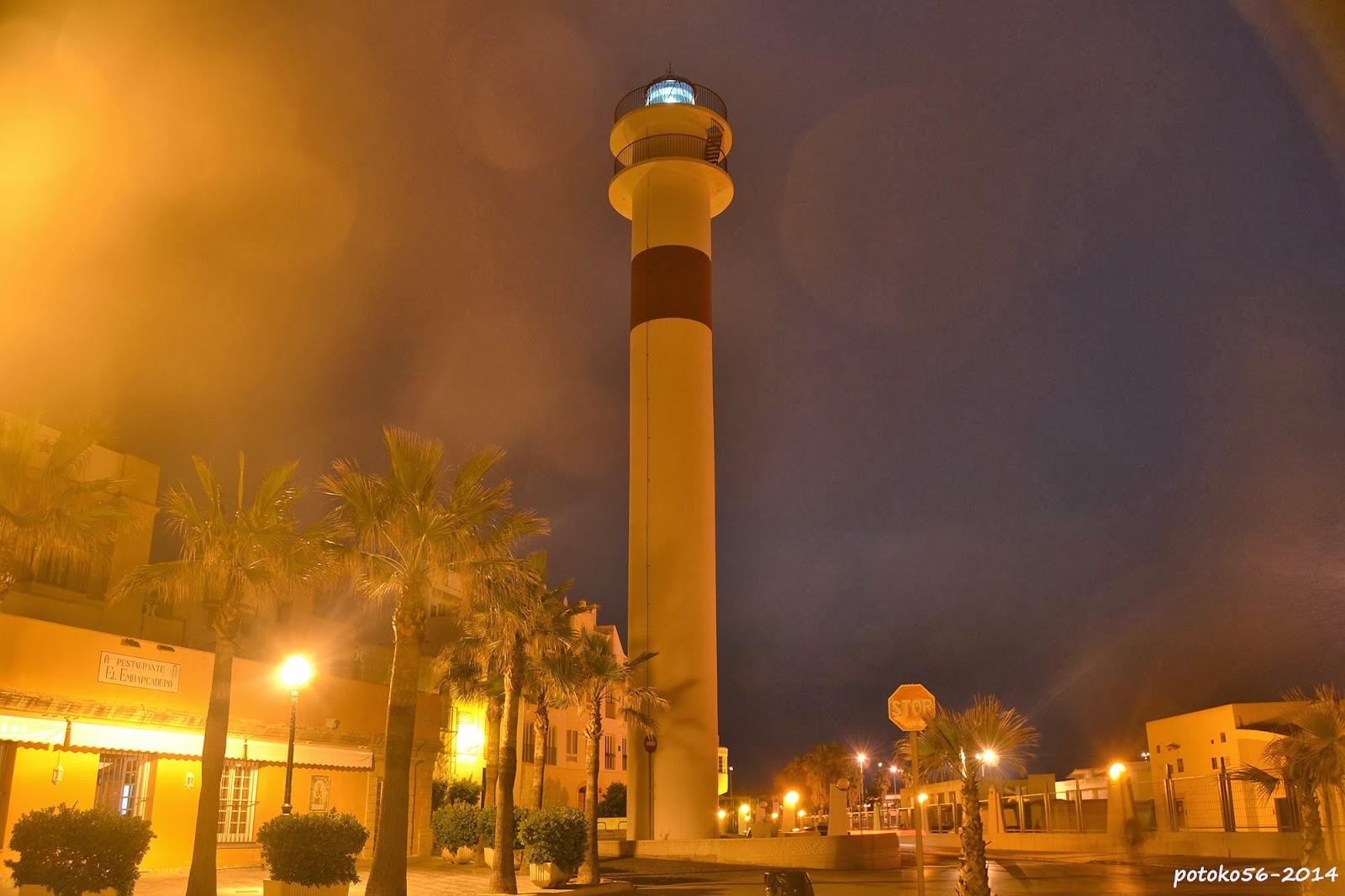 La luz del Faro de Rota en la noche