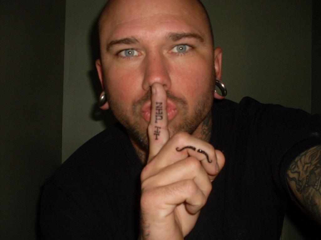 http://2.bp.blogspot.com/-rAYYfW7jeBw/TgjIwL80YcI/AAAAAAAAATQ/ByzlBgsh8e8/s1600/Finger%2BTattoos%2B5.JPG