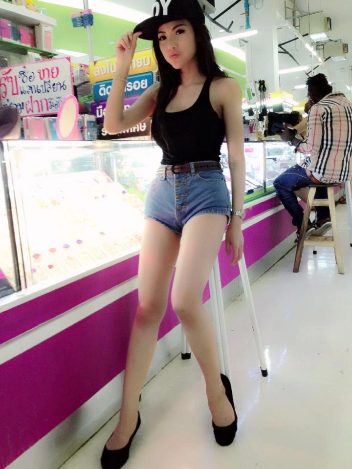 ... jalan ke Mall berpakaian minim Foto Bugil Gadis Cina Telanjang dada