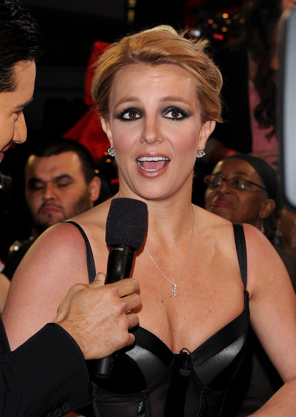 http://2.bp.blogspot.com/-rBhN1gSEUm4/UN4TDxE0m0I/AAAAAAAAr00/bFoOcwfwHBI/s1600/Britney+Spears+-+The+X+Factor+Season+Finale+Results+Show+in+LA+12.20.12+02.jpg