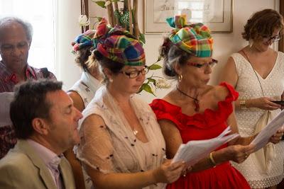les amis des mariés chantent une chanson - mairie - Guadeloupe