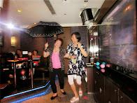 曉慧與采薇高興著表演一支小雨傘,