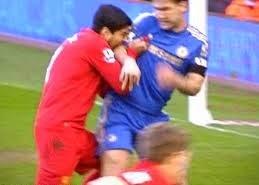 smešna slika: Luis Suarez ujeda defanzivca Ivanovića