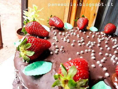 torta kinder paradiso ricoperta di cioccolato croccante