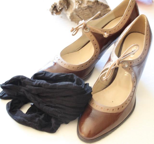 Schuhe putzen mit einer Nylonstrumpfhose