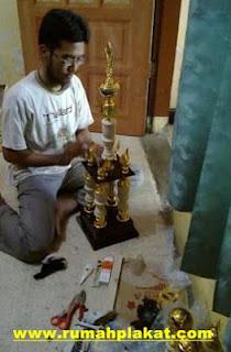 Proses Produksi Piala, jual piala surabaya, beli trophy malang, 0812.3365.6355, www.rumahplakat.com