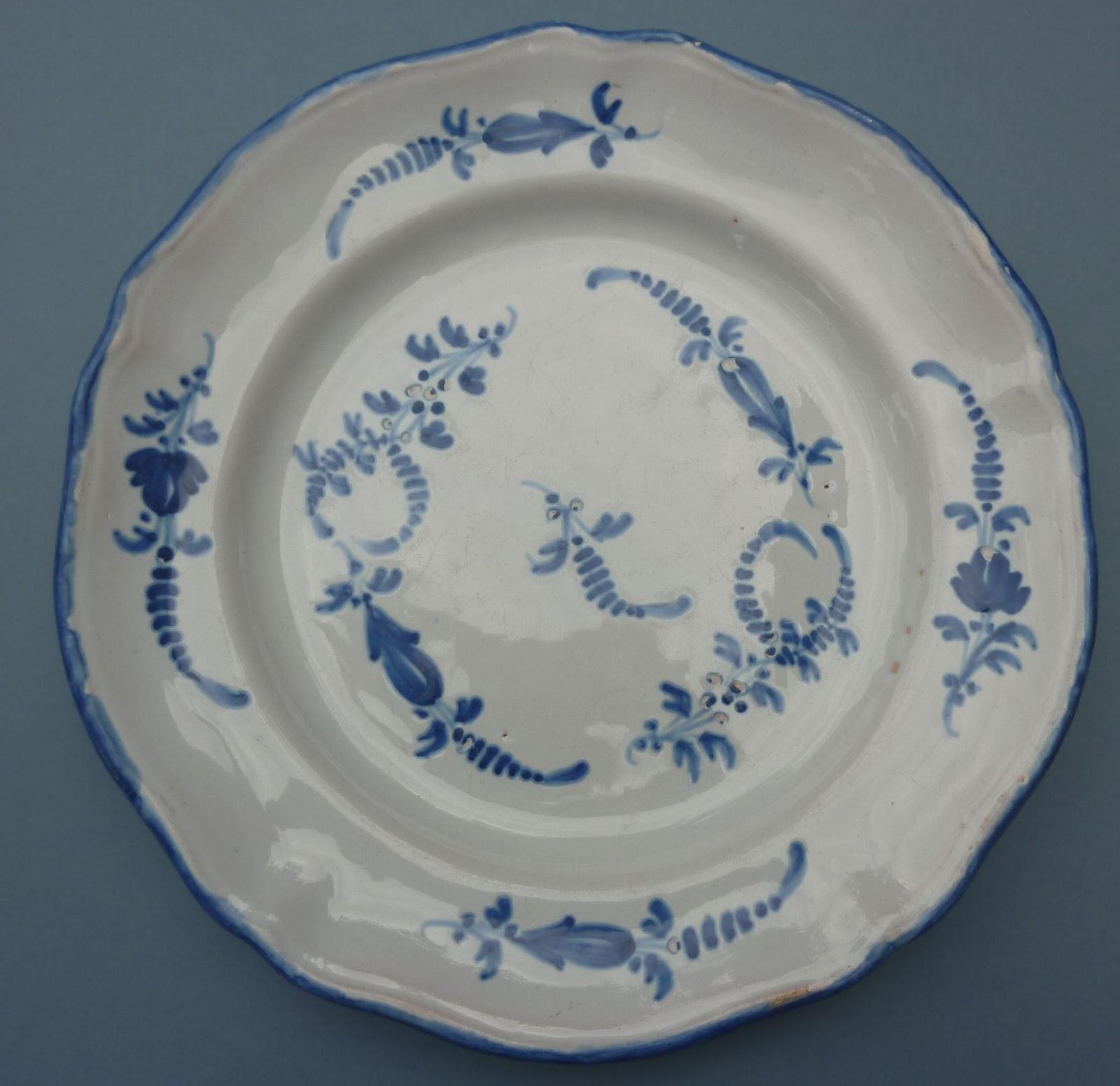 broc and brolles une belle assiette ancienne au d cor bleu. Black Bedroom Furniture Sets. Home Design Ideas