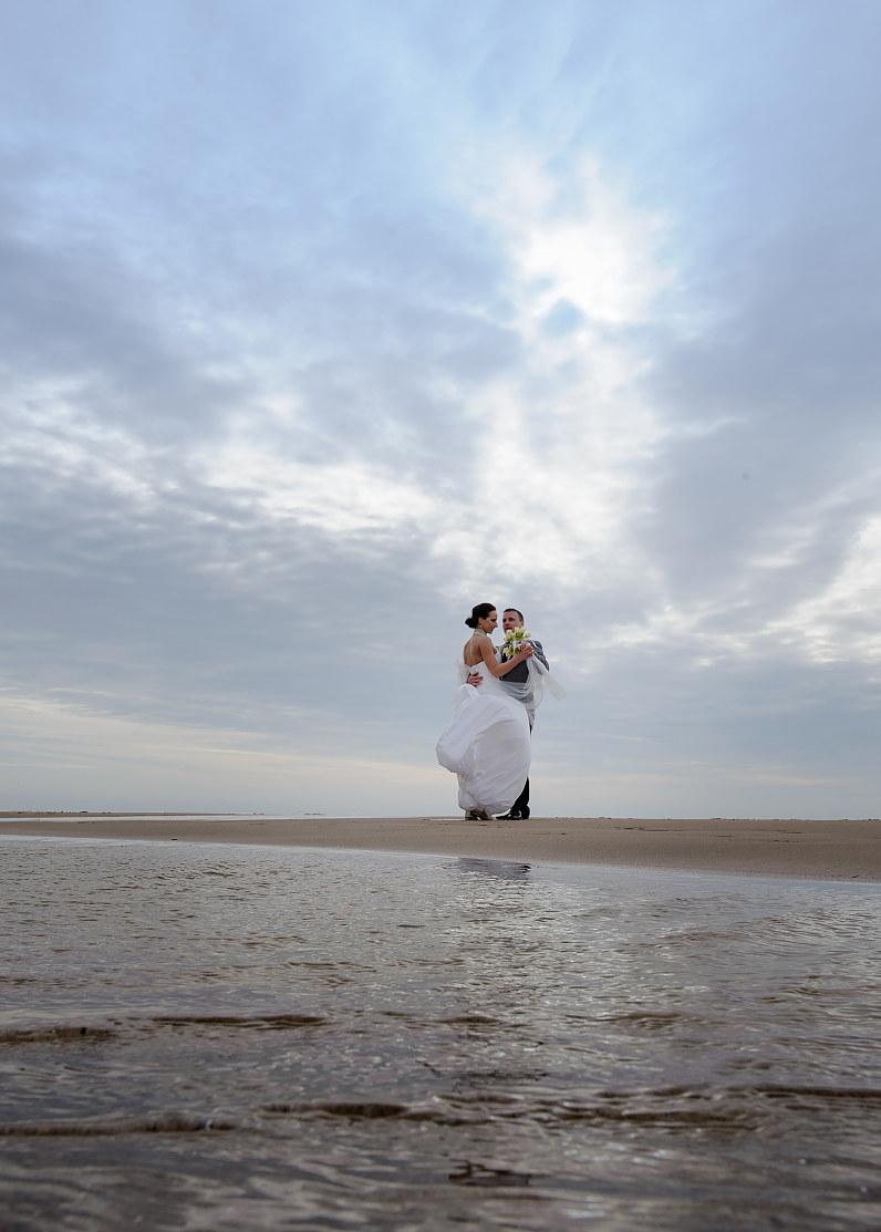 jaunavedžiai fotografuojasi prie jūros