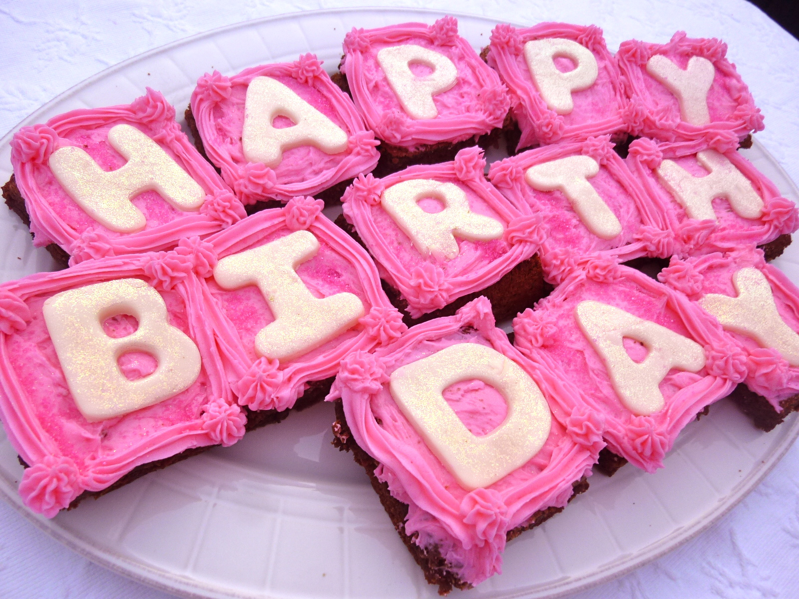 http://2.bp.blogspot.com/-rEKYRVIbI60/Tx9NkKBx2yI/AAAAAAAAICM/6FXTh8aur_g/s1600/Happy-Birthday-Brownies-With-Pink-Raspberry-Buttercream.JPG