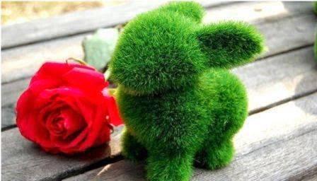 Boneka rumput dengan bentuk kelinci.