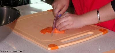 Cortando zanahoria para preparar bulgogi