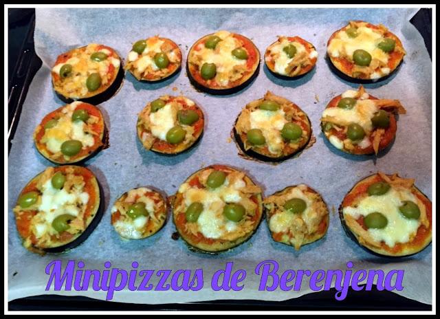 Foto de una bandeja de minipizzas hechas con rodajas de berenjena