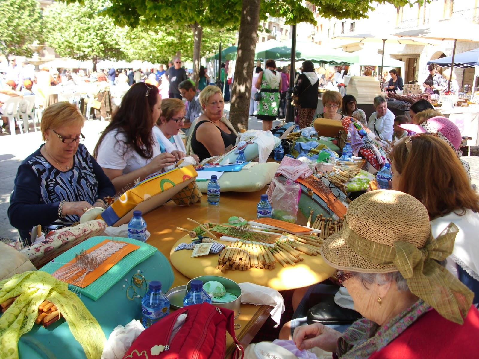 """La """"Ciudad Medieval de Estella Lizarra"""", celebra cada año su edición  de la Fiesta de las Encajeras, que se celebra en el mes de mayo en la ciudad.  Es una tradición que en los últimos años se viene celebrando en la vieja Lizarra, promovida  por las mujeres de la """"Comarca Urbasa Estella"""", a través de la asociación local.  Esta evento popular, es un día muy importante para la ciudad, ya  que son más de 1.000 personas, las que se concentran en la ciudad para mostrar al público, como se trabaja y como se crean objetos de encajes, etc."""