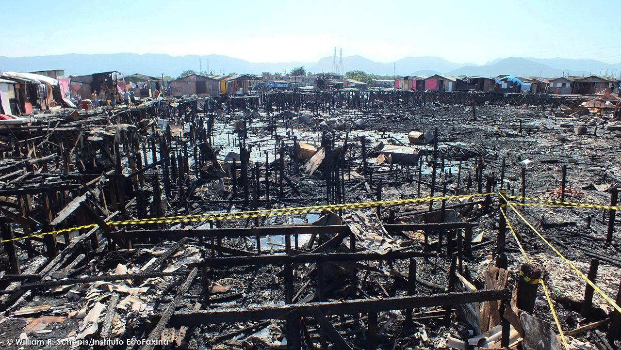 Área de mangue invadida por palafitas atingida por um incêndio de grandes proporções na última quinta-feira (11/06).