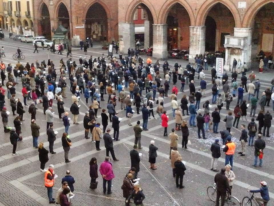 """Sentinelle in Piedi"" manifestam em silêncio pela família, em Cremona."