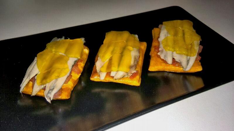 Mini cocas de boquerones con gelatina de naranja y limón