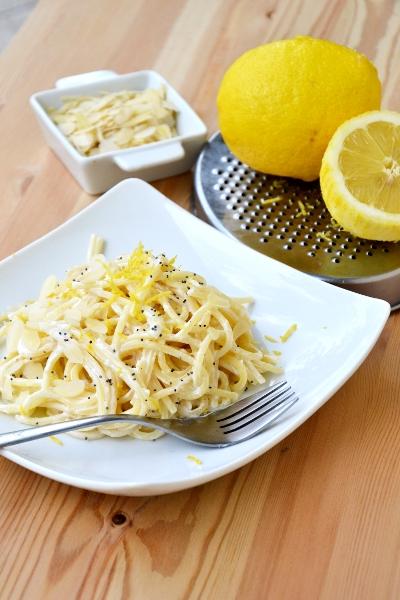 spaghetti con succo e scorza di limone, panna, e mandorle