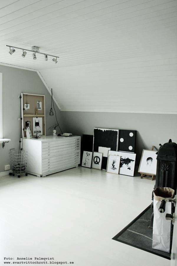 arbetsrum, ateljé, arbetsrummet, hemmakontor, vitt, vit, vita, svart och vitt, svartvit, svartvita, svart, canvastavlor, posters, poster, print, prints, tavla, tavlor, dalmatin, dalmatiner, peace, peacetavla, arkivskåp, gråmålade väggar, grått, grå, kamin, batman, batmantavla, batmantavlor, inredning, webbutik, webbutiker, webshop, nettbutikk, nettbutikker, plakat, plakater, affisch, affischer, konsttryck, konst, annelie palmqvist, varberg