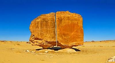 Batu Terbelah dan Seimbang di Arab Saudi