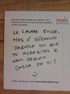manuscrito no verso: «Se calhar existe, mas é diferente daquele em que tu acreditas e nem sequer gosta de ti!»
