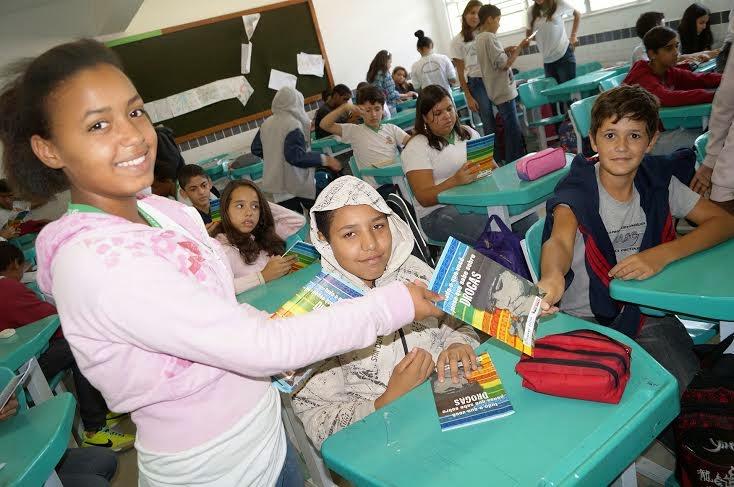 Estudantes participam da distribuição da cartilha sobre drogas