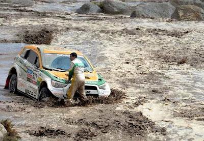 Mobil terjebak Di sungai