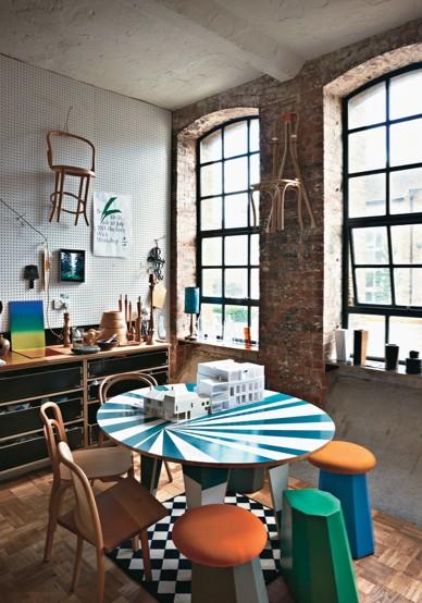 farbenfrohe Werkstatt-Einrichtung