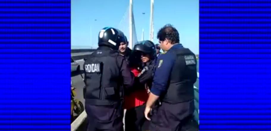 Mulher ameaça pular de ponte, mas é salva por guardas municipais