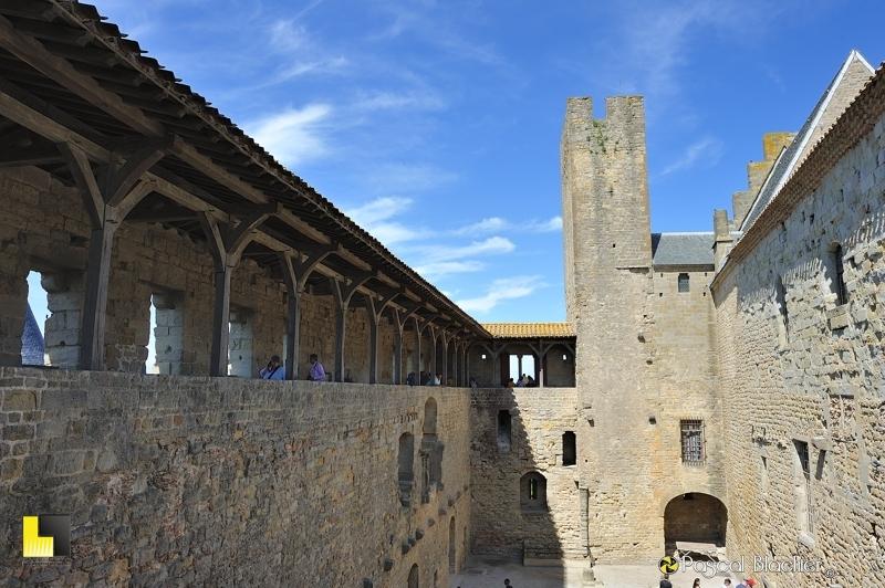 La cour du midi et sa tour pinte Carcassonne au delà du cliché photo pascal blachier