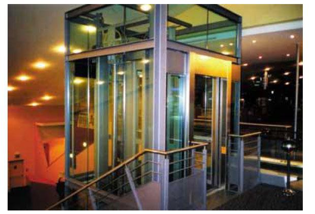 Camdan yapılmış asansör