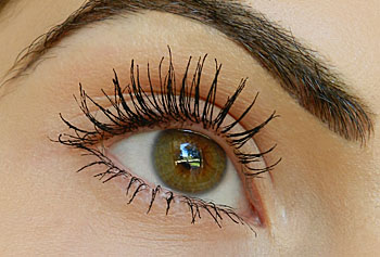 mufe smoky lash mascara on eye lashes