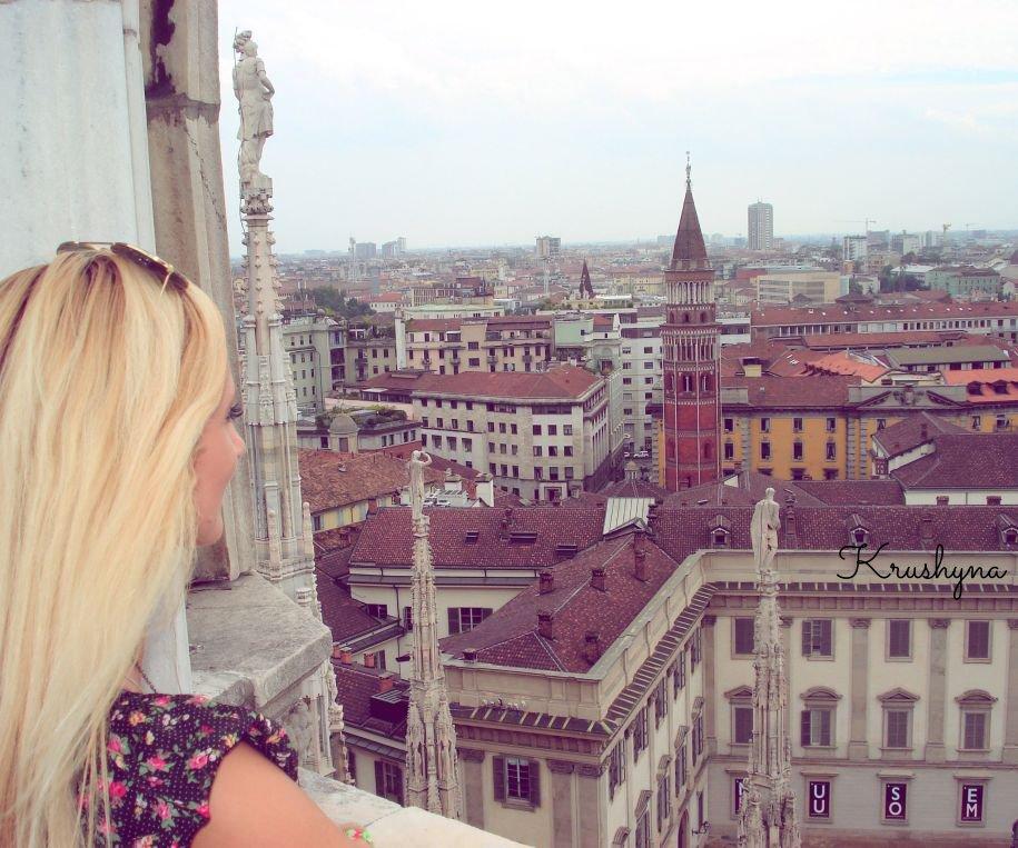 Włochy, dziewczyna w Mediolanie, ragazza a Milano, blogerka, Katedra Duomo, Duomo Cathedral, Italia, Italy, Mediolan, Milan, Milano, dziewczyna w Mediolanie, polish girl, polish blond girl, traveller, travel blog,  blog turystyczny, blog podróżniczy, Krushyna, Katarzyna Jankowska, Lublin, zabytki Mediolan, atrakcje Mediolan, dziewczyna na szczycie, na dachu katedry w Mediolanie, top Duomo Cathedral, widok z góry, dziewczyna patrzy w dal, dziewczyna patrzy z góry, widok na Mediolan, Mediolan view