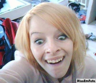 Mulher assusta mostrando os dentes como se fosse morder.