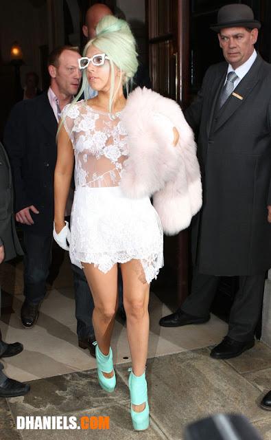 Foto Lady Gaga Memakai Busana Motif Kebaya Transparant