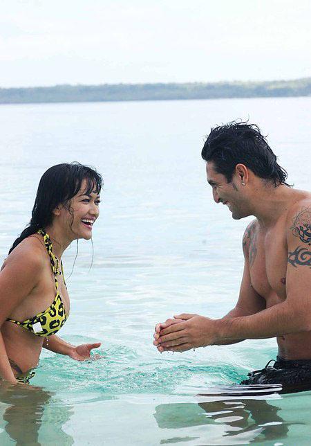 Foto Hot Jupe dan Gaston Mandi Bareng di Pantai | Ardeza