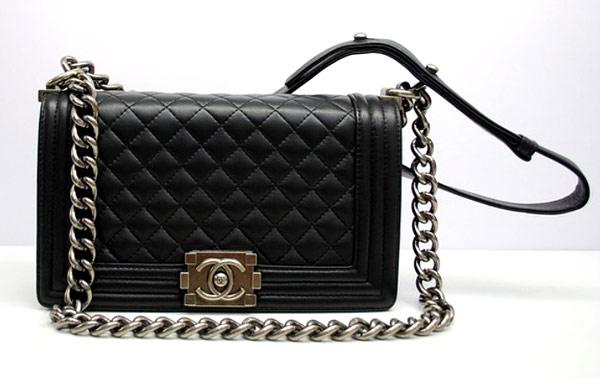 Chiếc túi xách mà người đẹp cầm trên tay là dòng Chanel Boy, thuộc bộ sưu tập Pre-Fall 2013, có giá khoảng 3.500 USD (75 triệu đồng).