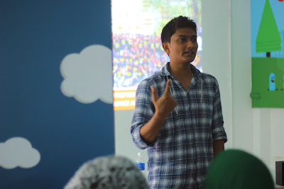 Mr. Naveen Narayanan Startup Village Academic Coordinator leading the workshop