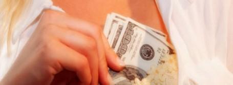 موظفة بنك تسرق 100 الف دولار لتكبير صدرها