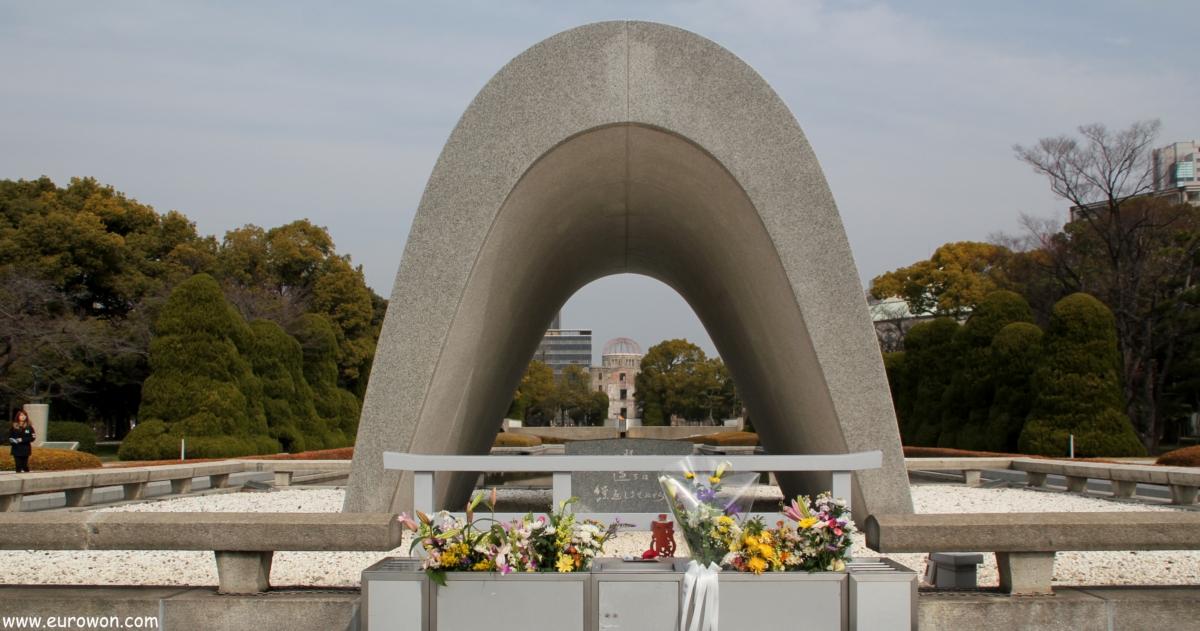 Cenotafio y llama en el Parque de la Paz de Hiroshima