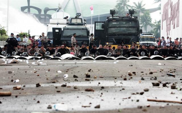 Polisi menahan pendemo, Reformasi Yang Dapat Memperbaiki Nasib Bangsa Dan Mengangkat Harkat Martabat Bangsa, demo