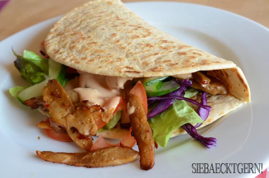 Wrap mit Salat, Gemüse und angebratenem Seitan als veganer Döner
