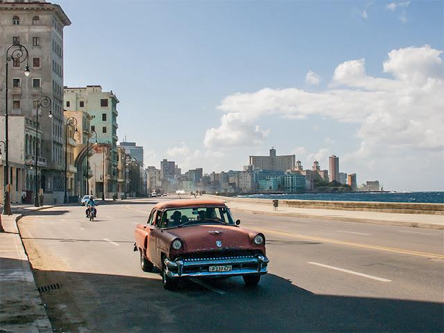 Vieille voiture américaine sur le Malecon