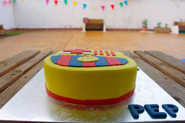 Tarta decorada amb fondant de l'escut del Barça