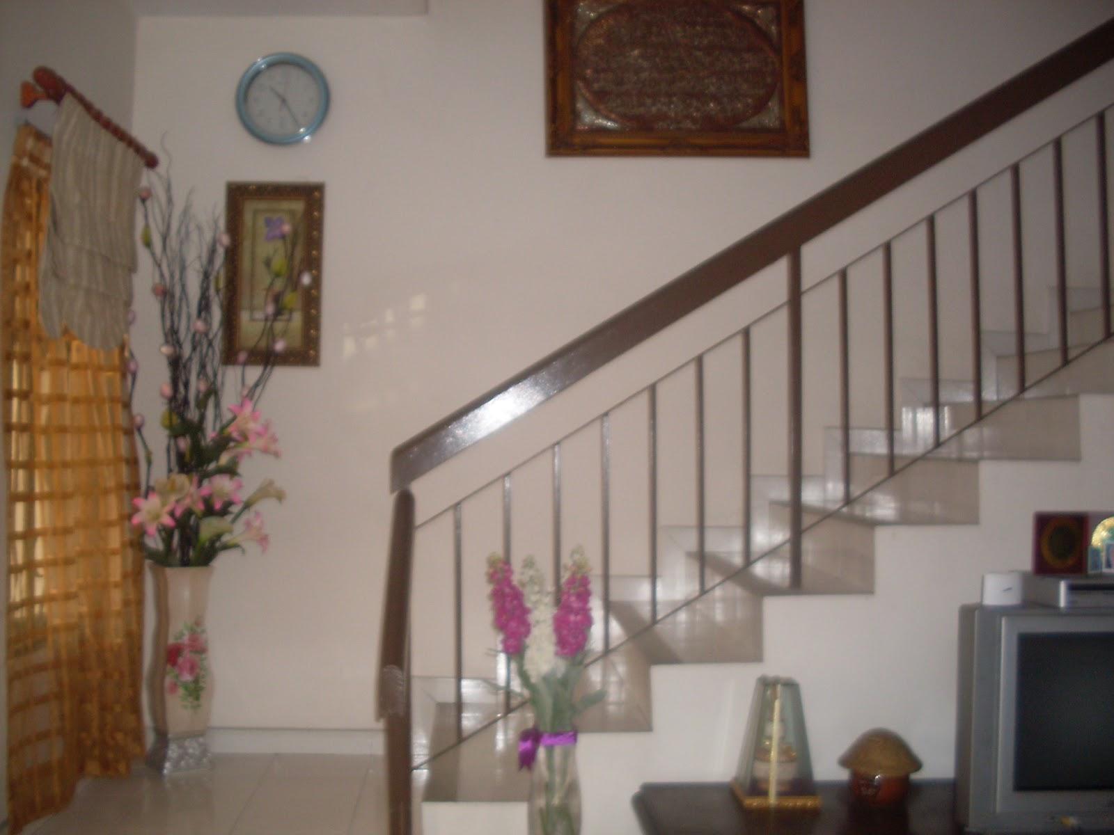 Ruang sekitar tangga di letakkan sepasu bunga dan ada bunga lavender ...
