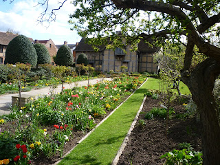 K Williams Stratford Upon Avon Shakespeare's house - Gardens. My edging does NOT look like this.